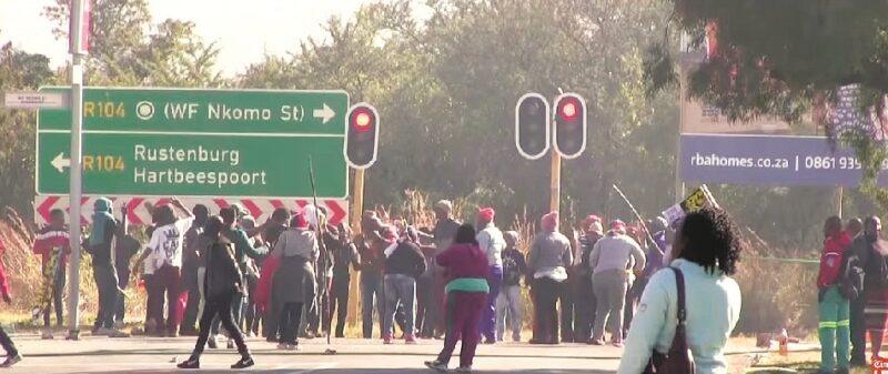 omfattande upplopp med bilbränning och plundringar uppstod i huvudstaden Pretoria till följd av att ANC bröt mot den traditionella stamtilldelningen av borgmästare.