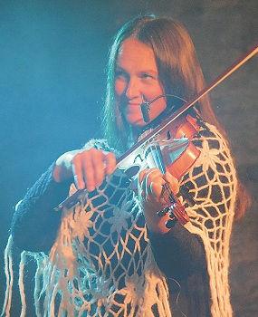 Emma Härdelin sjöng och spelade. Hennes säregna röst gjorde sig väl till den dramatiska och på samma gång finstämda musiken. Foto: Nya Tider
