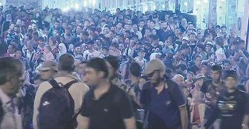 ETT SKEPP KOMMER LASTAT med drygt 2000 migranter till hamnstaden Pireus på grekiska fastlandet. Färjan var en av två som hösten 2015 fraktade tusentals immigranter från ön Lesbos, som var en av flera grekiska öar som flyktingsmugglarna från Turkiet lämpade av sina passagerare på. Varje migrant betalade cirka 10000 kronor för den cirka halvtimmeslånga båtfärden från Turkiet, som ingen försökte stoppa. Enligt FN:s flyktingorgan UNHCR tog sig över en miljon migranter till Europa sjövägen under 2015. Av dessa tros minst 3700 ha drunknat. Stillbild: BBC News