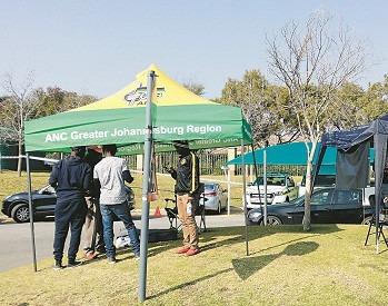 ANC backar till förmån för det vänsterradikala partiet Economic Freedom Fighters. På bild ett valtält i Johannesburg. Foto: Nya Tider