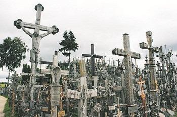 Korsens kulle. En skog av kors påminner om de stupade och deporterade patrioter som gav allt för sitt fosterland. Inte ens kommunisterna kunde utrota denna tradition.