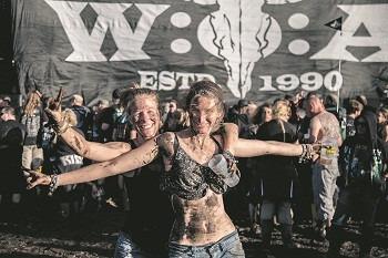 kan känna sig trygga. Kvinnor kan utan några problem röra sig fritt inne på festivalområdet på hårdrocksfestivalen Wacken i Tyskland. Det är otänkbart att någon skulle tafsa på dem. Foto: Nya Tider/Roger Sahlström