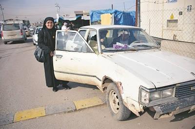 Motorstopp undanbedes. Hatune Dogan visar upp bilen som blev flitigt använd under resan. Den höll hela vägen.