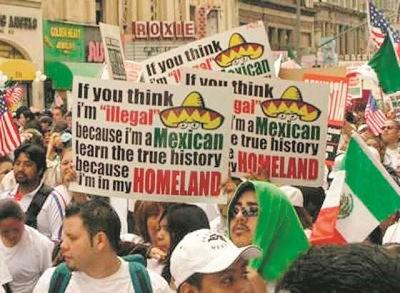 """LA RAZA, """"rasen"""", är en av de rasistiska invandrarrörelser som Soros sponsrar i väst. På plakaten hävdar demonstranterna att """"jag är i mitt hemland"""", en anspelning på att de anser att hela sydvästra USA ska tillhöra den latinamerikanska mestisbefolkningen. Foto: Okänd"""