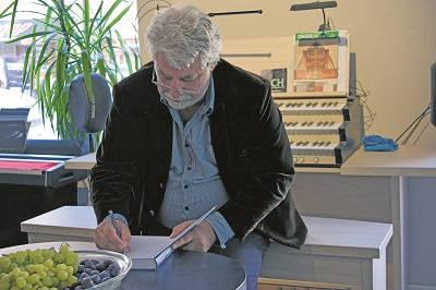 Liber non gratus. Stefan Torssell signerar sin nyutgivna bok om M/S Estonia på boksläppet i Stockholm. Bokmässan i Göteborg stoppade först boken genom att porta förlaget AlternaMedia, men ändrade sig sedan.Foto: Nya Tider