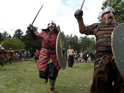 sTRIDEN är vikingarnas signum, men att köpa ett svärd kunde kosta som en hel gård.