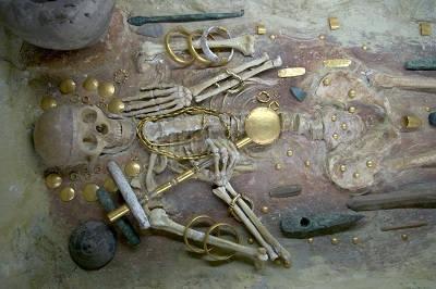 RIKA GRAVGÅVOR har återfunnits på flera av de platser som tillsammans kallas Donaucivilisationen. 1972 grävde arkeologerna fram ett praktfullt gravfält i Varna, nära Bulgariens Svartahavskust, som bland annat innehåller världens äldsta guldskatter, från omkring 4600 år f.Kr. Allt fler forskare tror att även det första skriftspråket uppfanns på Balkan, kanske så tidigt som 5300 f.Kr. Foto: Varnas arkeologiska museum