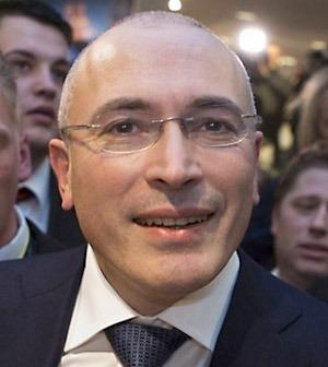Mikhail Khodorkovskij, oligark som under kaoset på 1990-talet lyckades plundra staten och bli Rysslands rikaste man och numera bor i Tyskland, får nu svårare att använda sina miljarder för att påverka rysk politik. Stillbild: BBC