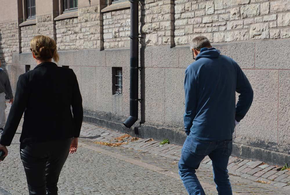 Johan Rheborg på väg hem. Den medelålders poliskvinnan ses till vänster i bild. Foto: Nya Tider